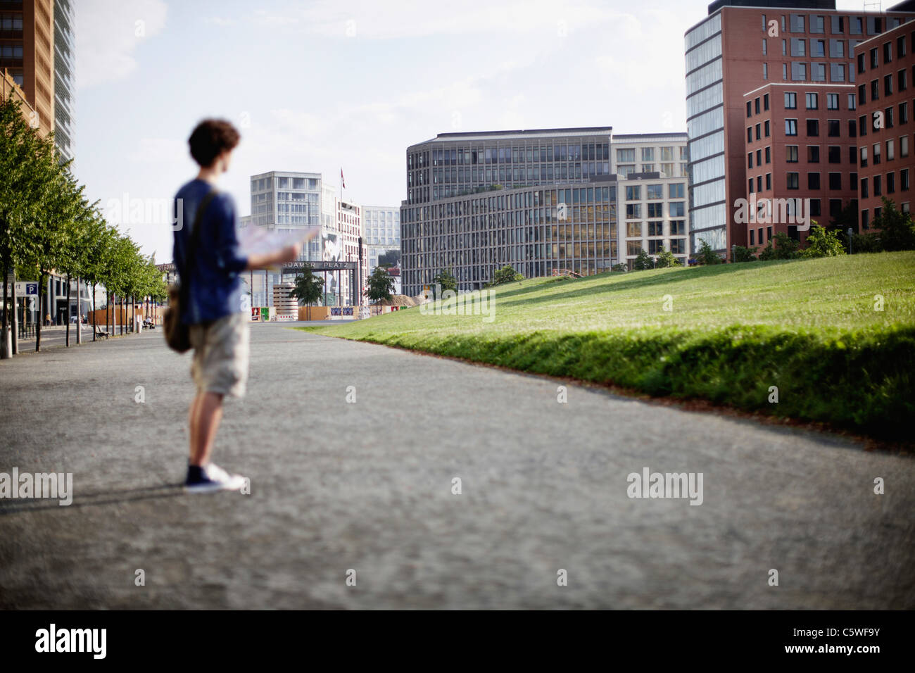 Deutschland, Berlin, junger Mann mit Stadtplan Stockbild