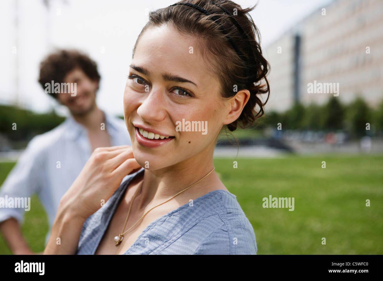 Deutschland, Berlin, junge Frau, Mann im Hintergrund, Porträt, Nahaufnahme Stockfoto