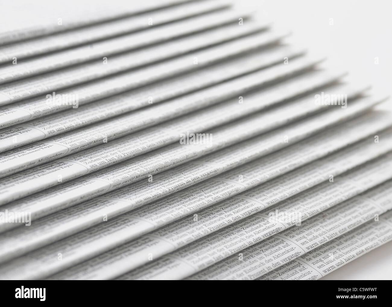 Reihe von Zeitungen auf weißem Hintergrund Stockbild