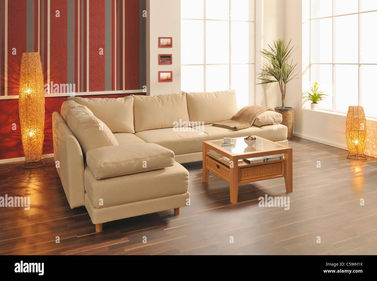 Modernes Wohnzimmer mit Holzboden Stockbild