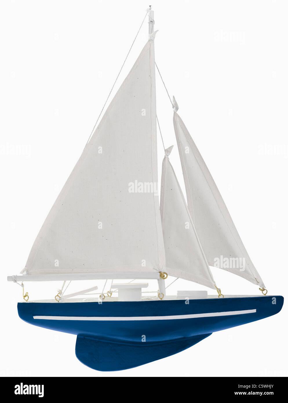 Segelboot Modell Flasche vor weißem Hintergrund, Nahaufnahme Stockbild