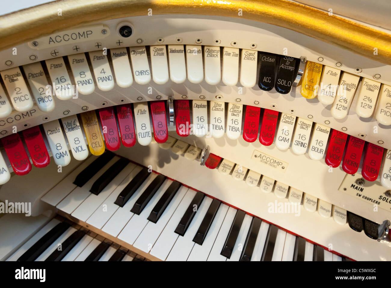 Die Tastatur einer Wurlitzer Orgel installiert in Folly Farm, Kilgetty Wales Großbritannien. Stockbild
