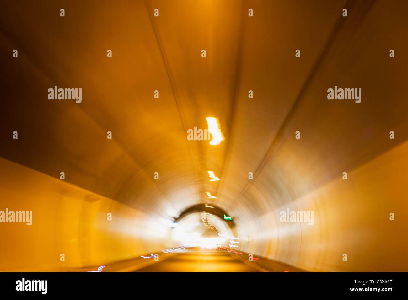 Lichter im Straßentunnel, Unschärfe Stockbild