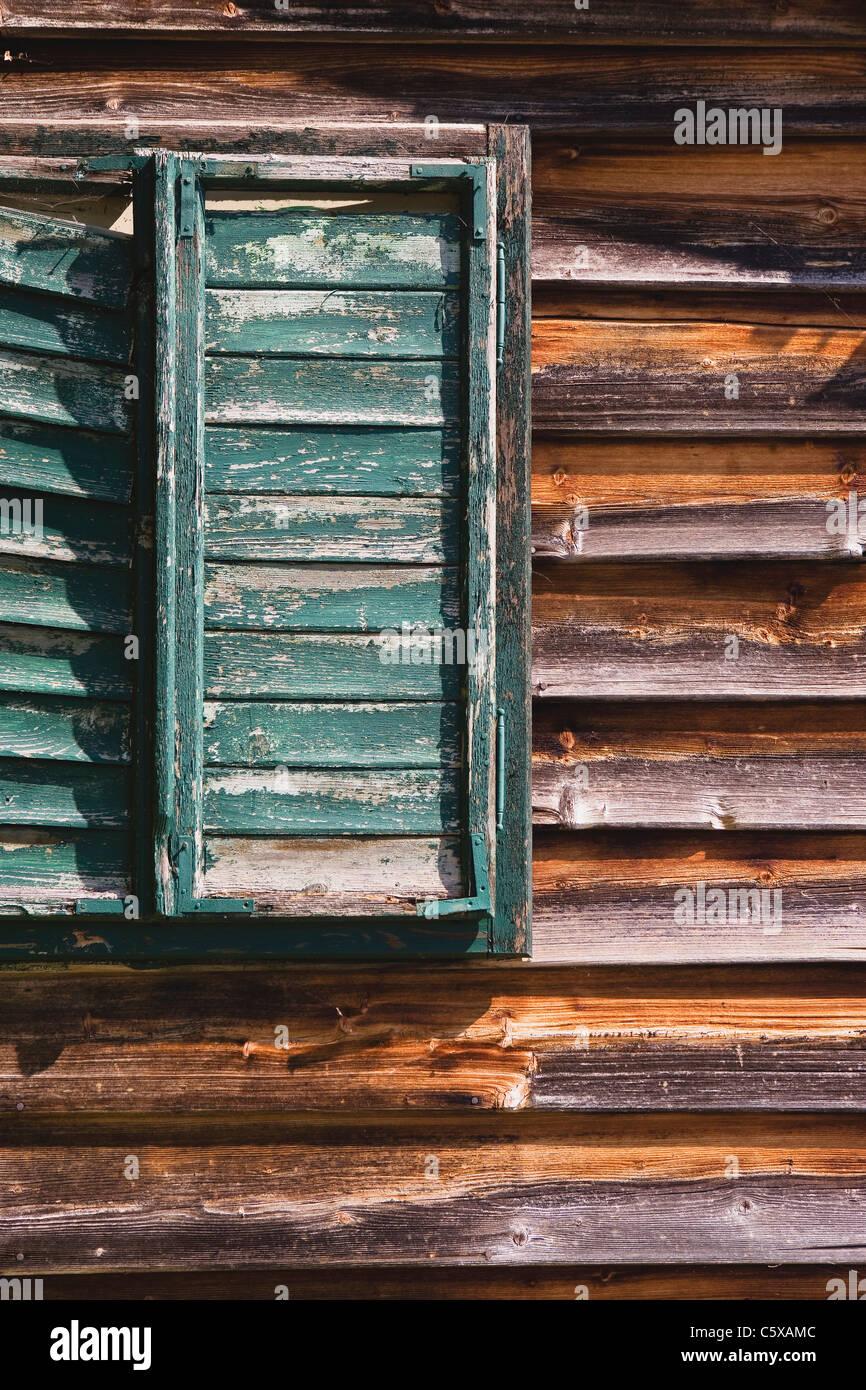 Österreich, Holzhaus, Fenster mit Fensterläden Stockbild