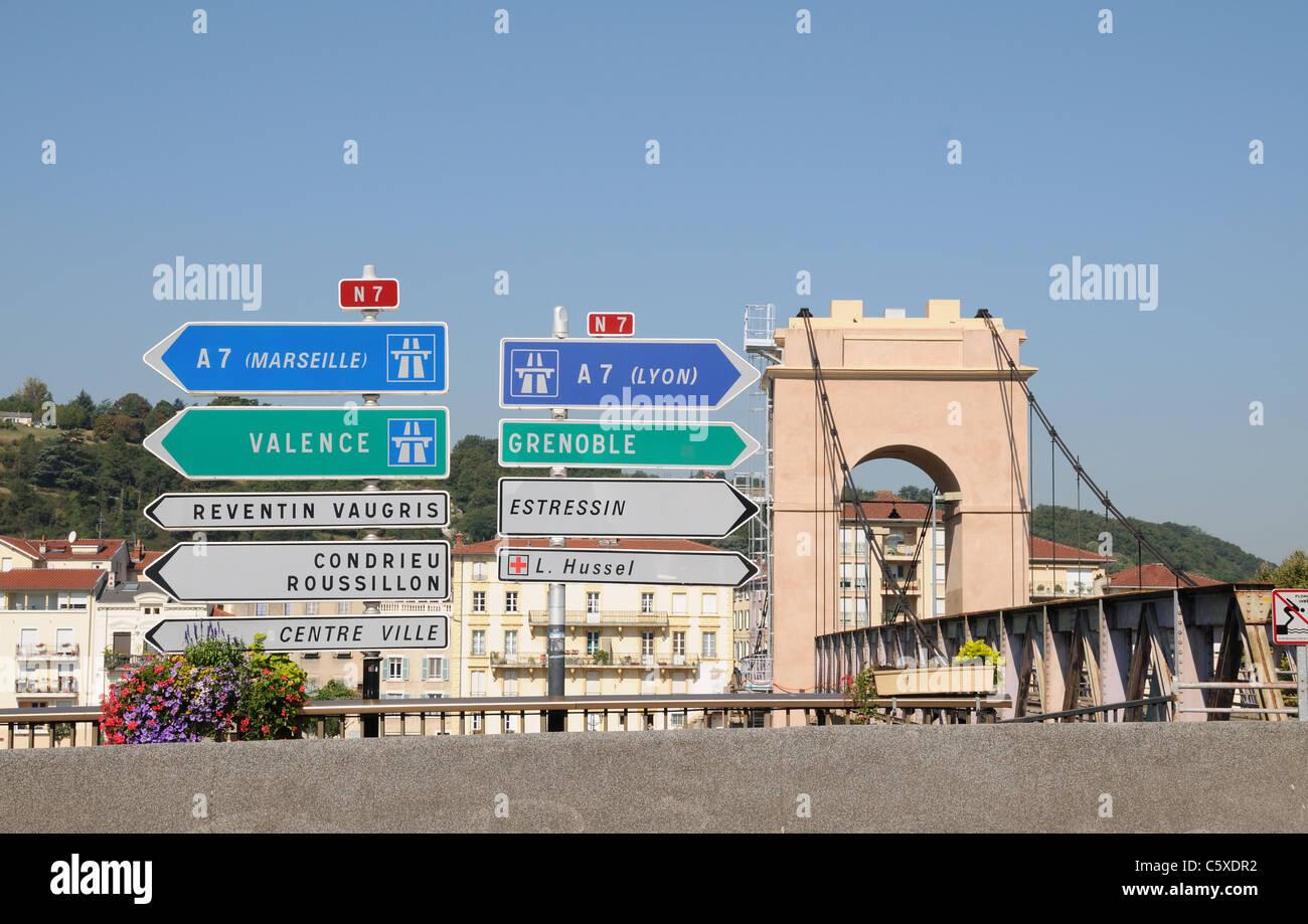 Verkehrszeichen und Wegweiser für automatische Routen und Nationalstraßen in Frankreich Vienne zeigen Stockbild