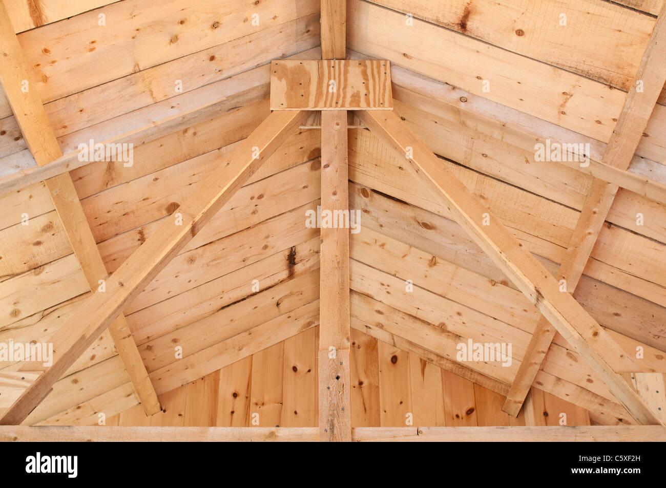 Nach oben auf einen König Post Binder in das Dach von einem ...