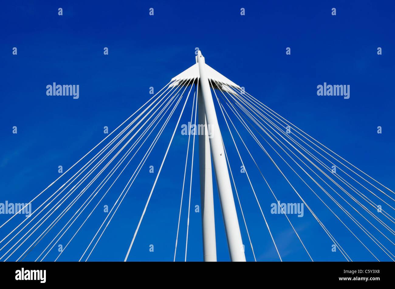 Geometrische abstrakte Architektur Cluster von Suspension Bridge Kabel tief blauen Himmel Hintergrund nach oben Stockbild