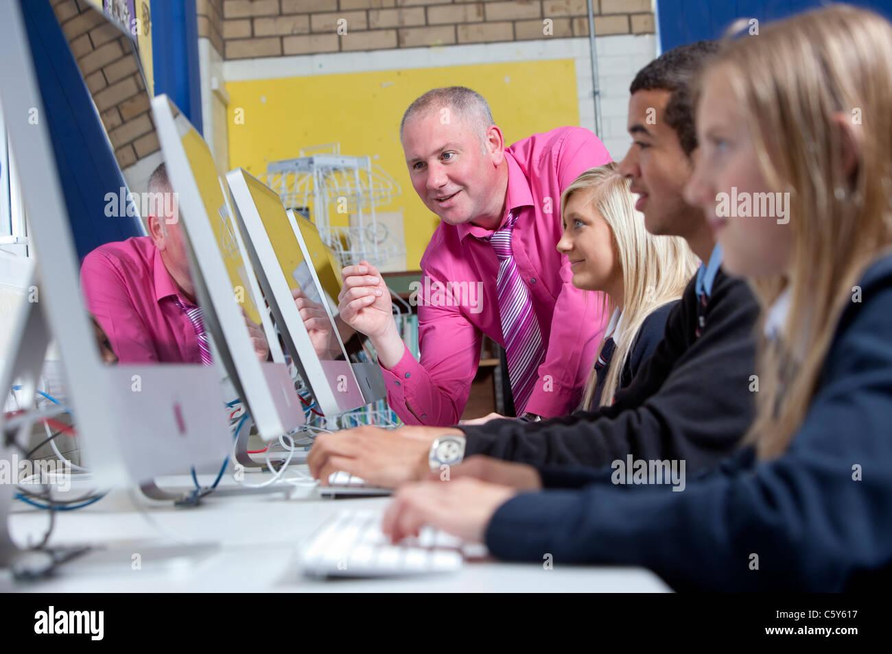 Ein Lehrer während einer Computer-Wissenschaft-Klasse an einer sekundären oder umfassende Schule einen Stockbild