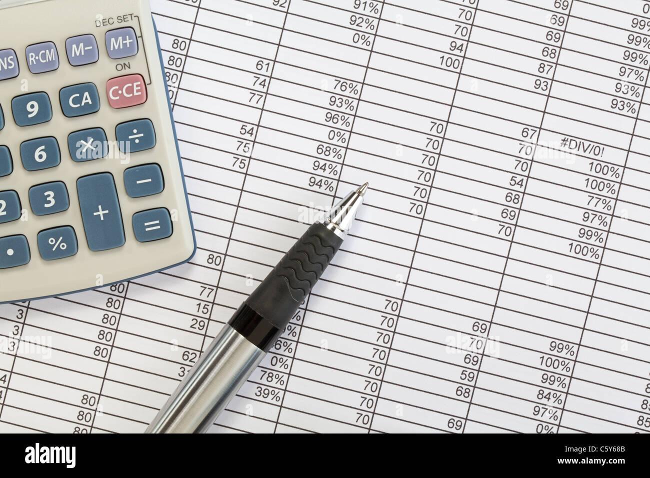 Einen Taschenrechner und einen Stift auf einem Arbeitsblatt ...