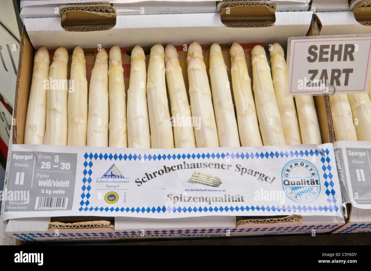 Schachtel mit saisonalen weißer Spargel an einem Marktstand, München Stockbild