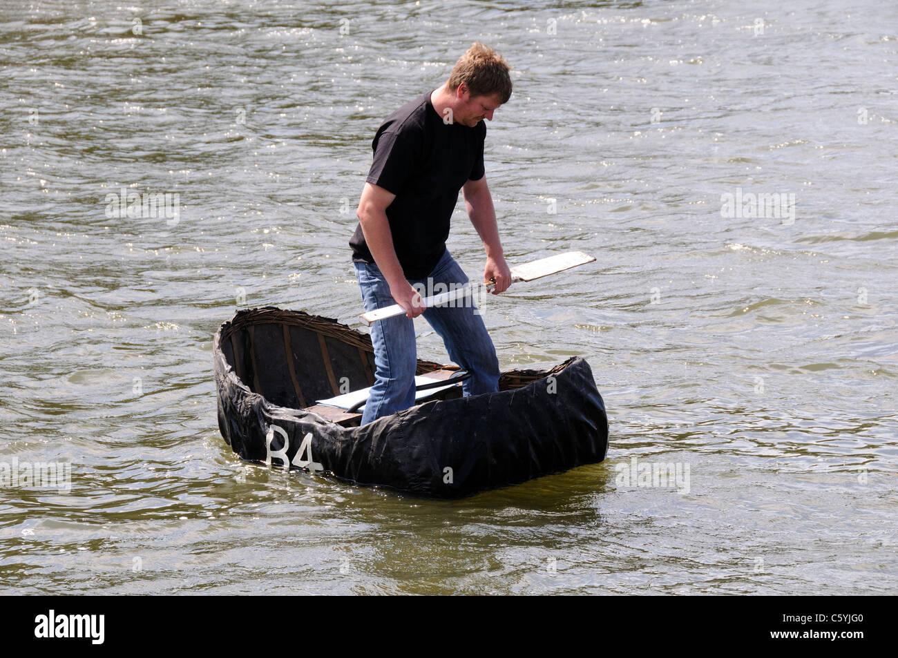 Traitional Coracle Fischer am Fluss Teifi Cardigan Ceredigion Wales km UK GB Stockbild