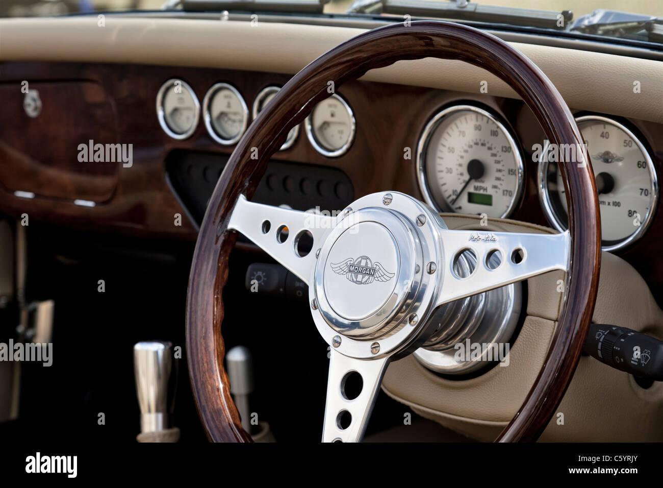 Lenkrad und Armaturenbrett Morgan Plus 4-Sportwagens Stockbild