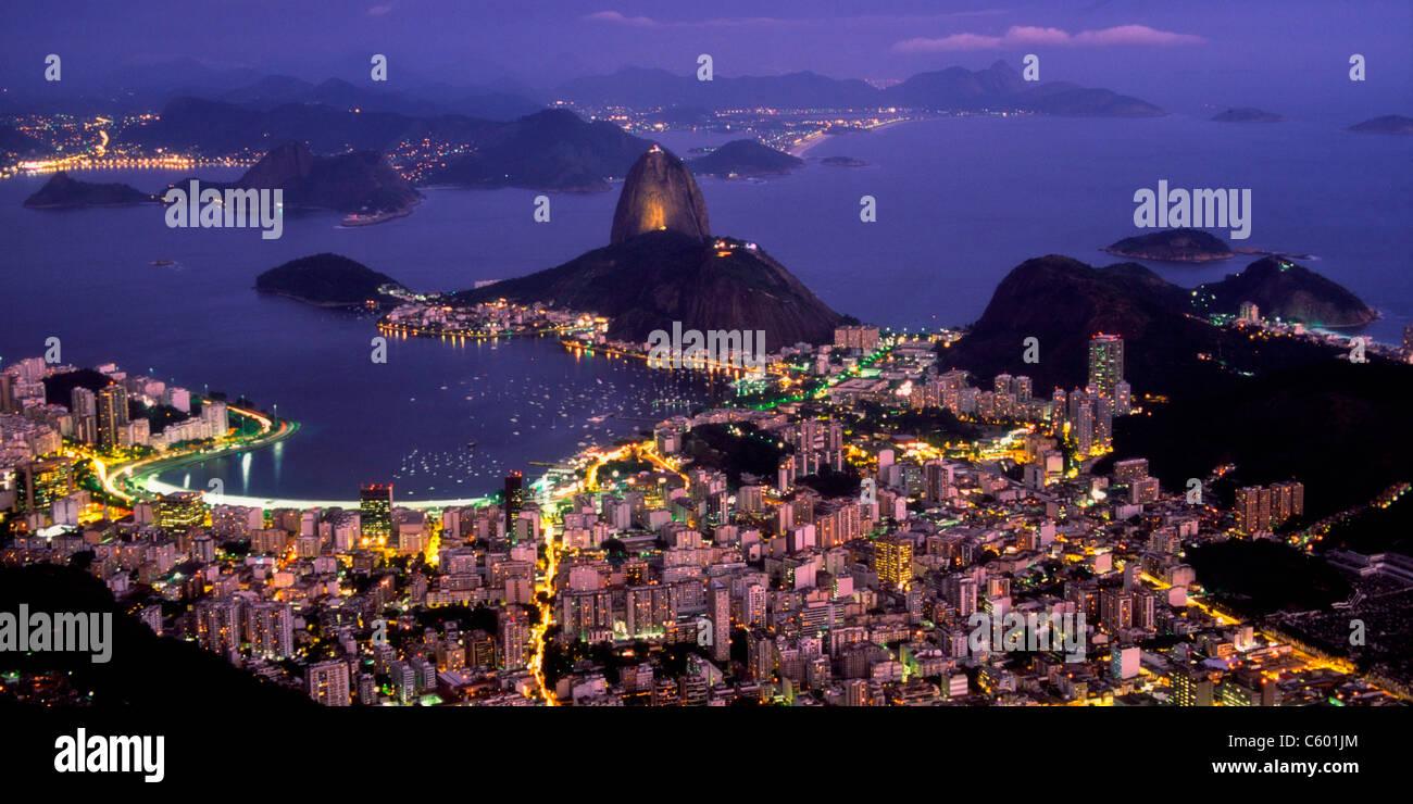 Brasilien, Rio De Janeiro, Pao de Acucar, Botafogo-Bucht bei Nacht, Blick vom Berg Corcovado 710m, Stockbild