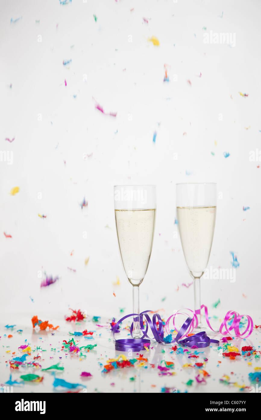 USA, Illinois, Metamora, Champagner Flöten mit fallenden Konfetti Stockfoto