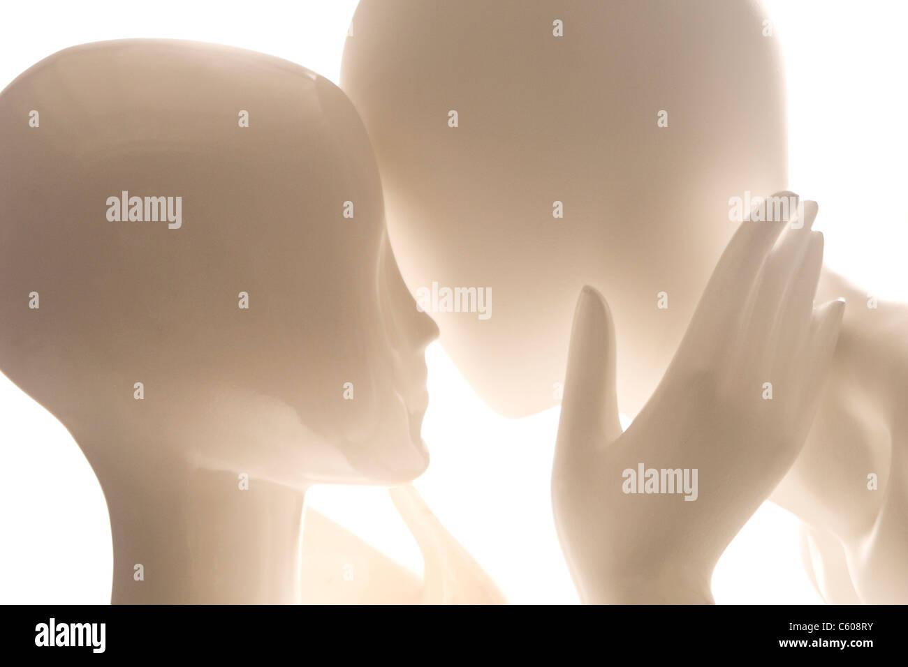 Zwei Mannequins in einer leidenschaftlichen Umarmung. Stockbild