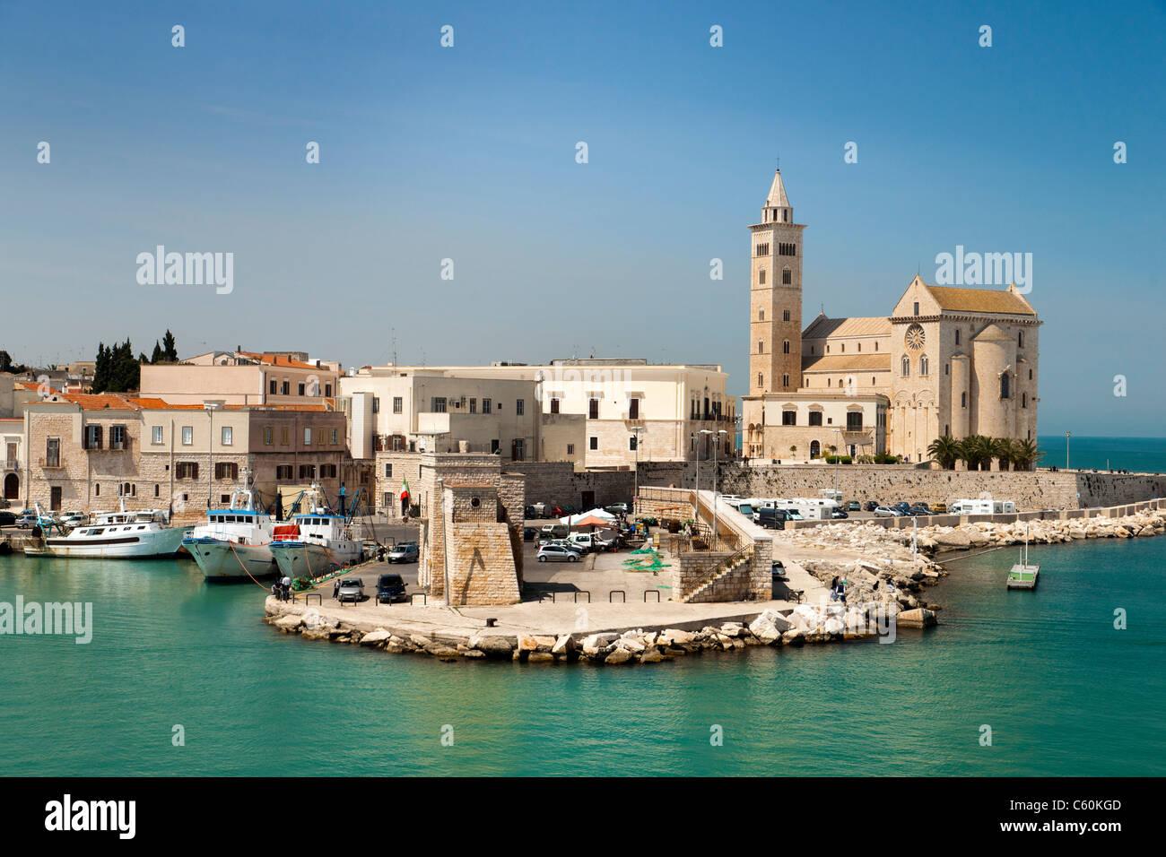 Trani Hafen und Kathedrale, Trani, Süditalien. Stockbild