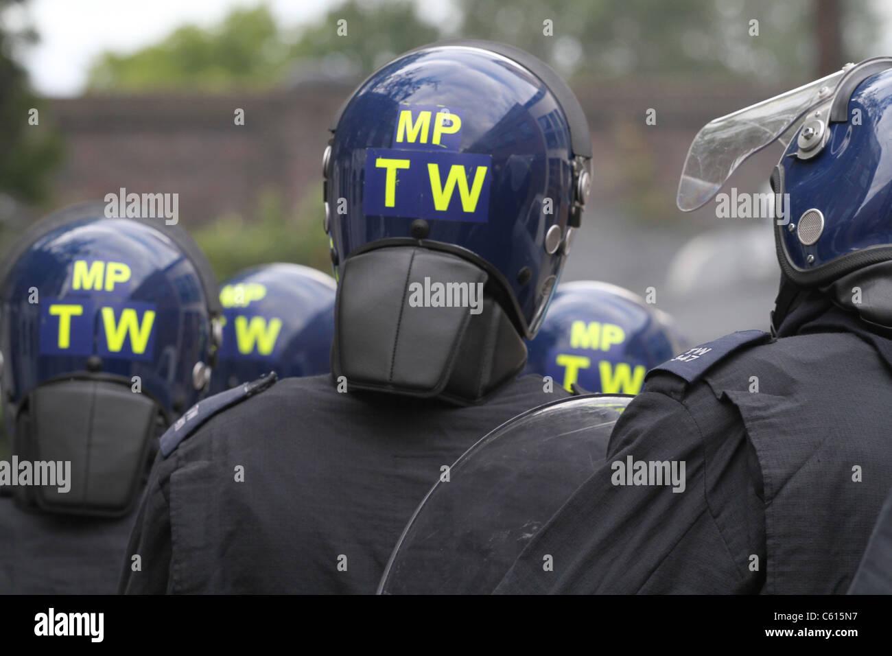 Bereitschaftspolizei konfrontieren Plünderer in Hackney, London Stockbild