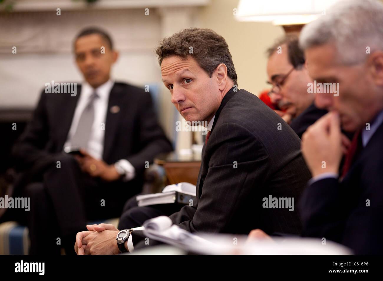 Finanzminister Timothy Geithner hört die Diskussion während der täglichen Economic Briefing im Oval Stockbild