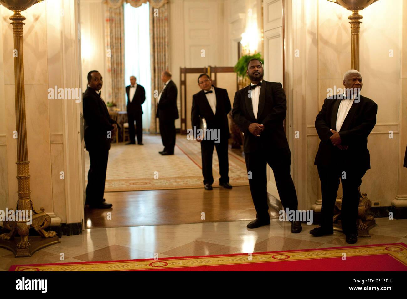 Weiße Haus Butler zusehen, wie Präsident Obama seinen Weg in Richtung einer Zeremonie in der State Dining Stockbild