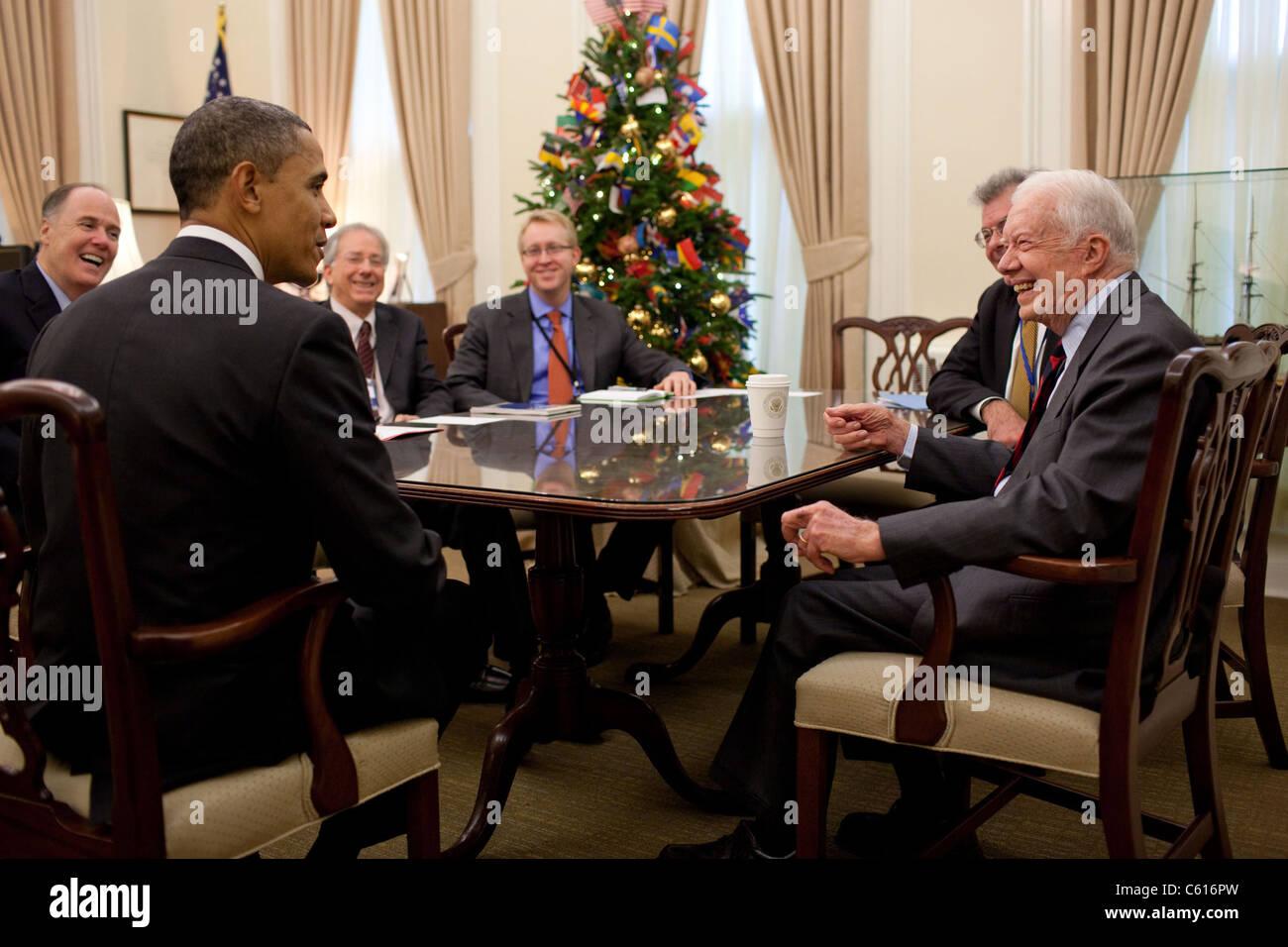 Präsident Obama Gespräche mit ehemaligen Präsidenten Jimmy Carter während eines Treffens mit Stockbild