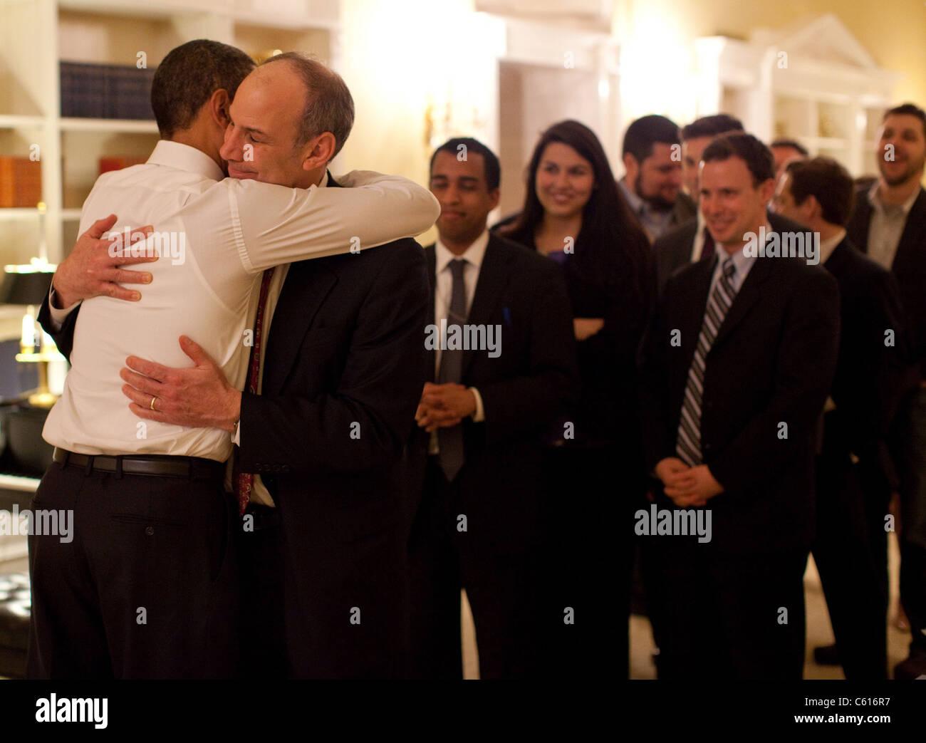 Präsident Obama umarmt Phil Schiliro Assistent des Präsidenten für Legislative Angelegenheiten, nachdem Stockbild
