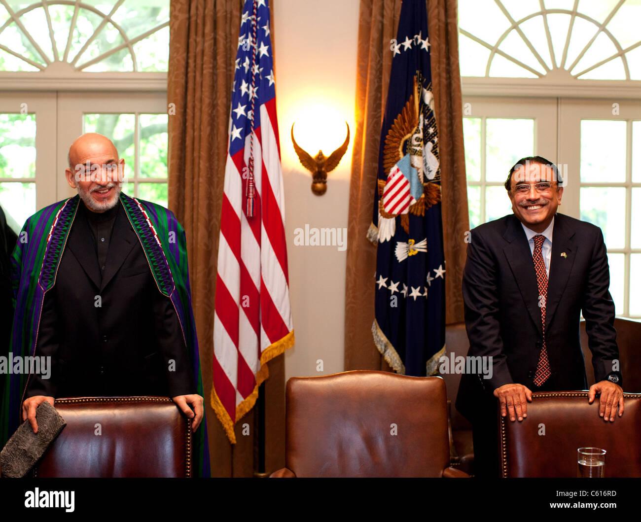 Afghanischen Präsidenten Hamid Karzai links und Pakistans Präsident Asif Ali Zardari warten vor einem Stockbild