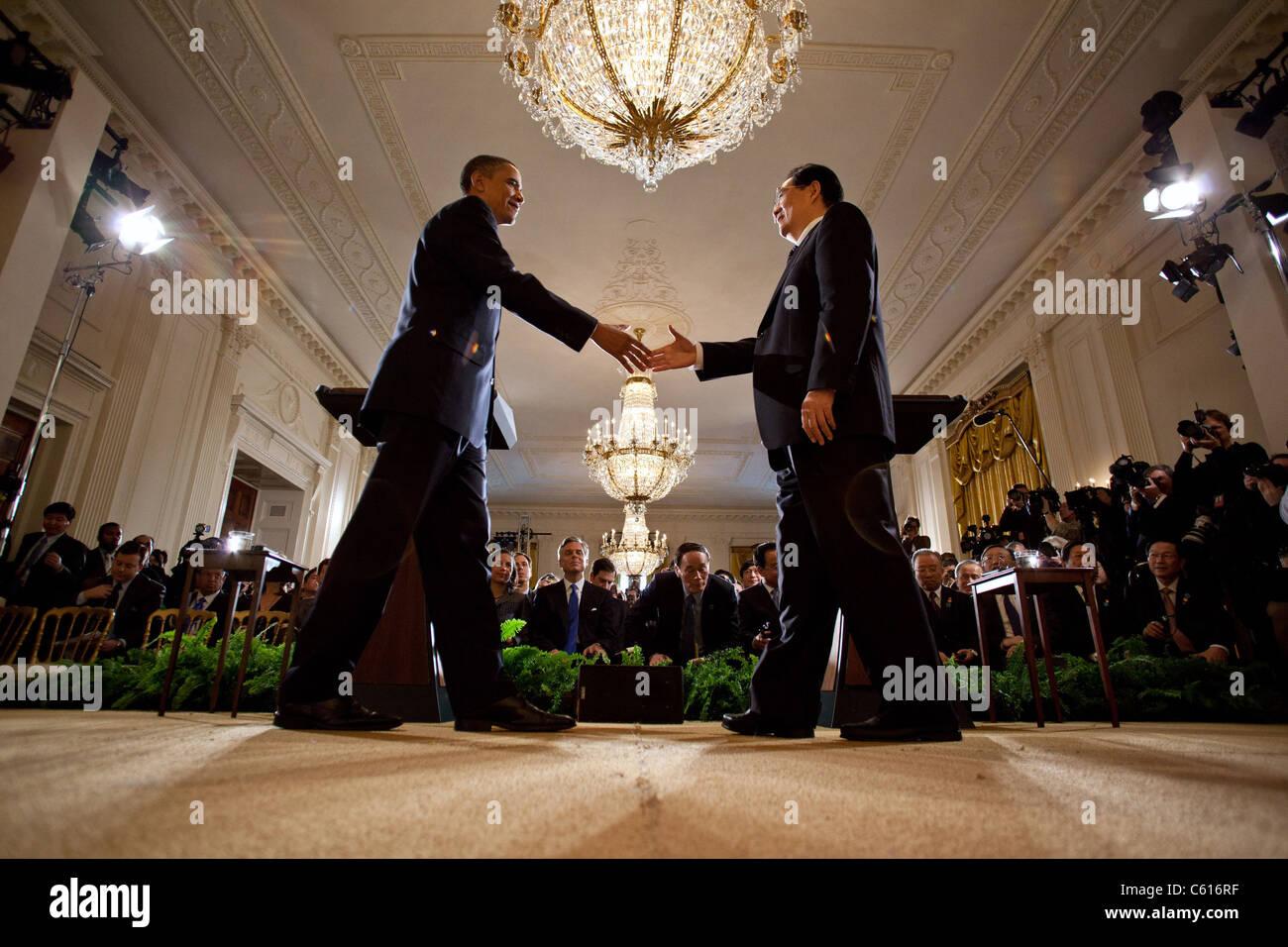 Präsident Obama und der chinesische Präsident Hu Jintao Handschlag am Ende ihrer gemeinsamen Pressekonferenz Stockbild