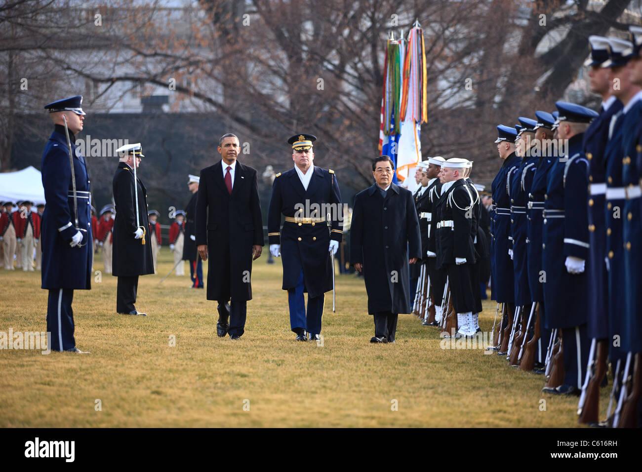 Präsident Obama und der chinesische Präsident Hu Jintao überprüfen die Truppen auf dem South Stockbild