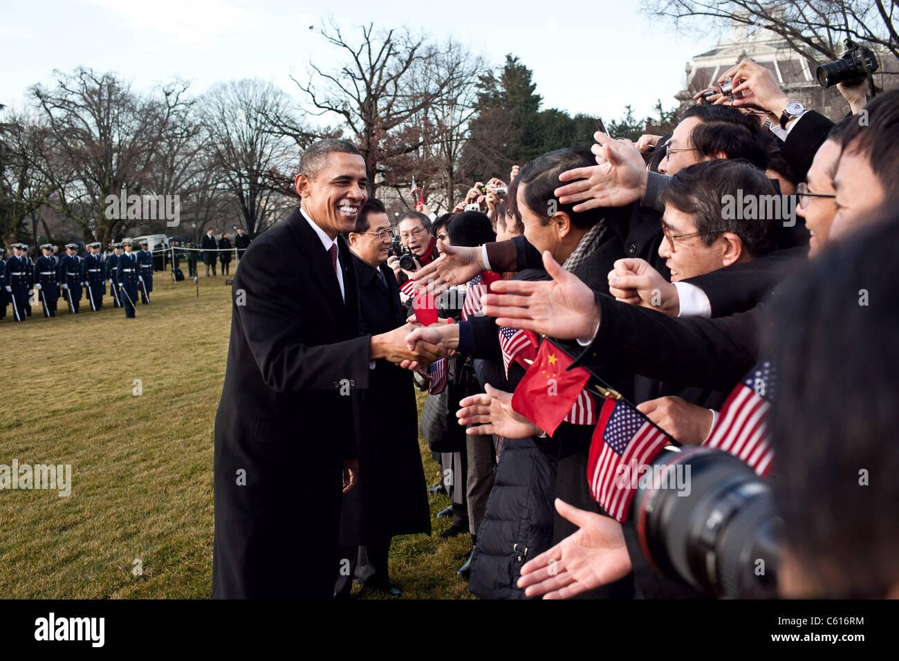 Präsident Obama und der chinesische Präsident Hu Jintao empfangen die Gäste auf dem South Lawn des Stockbild