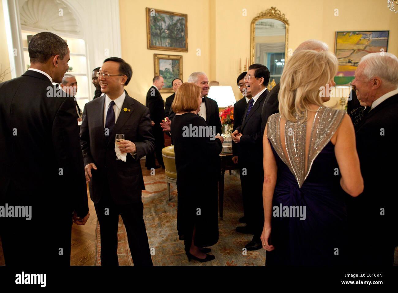 Präsident Obama und der chinesische Präsident Hu Jintao mit Gästen im Weißen Haus vor dem Abendessen Stockbild