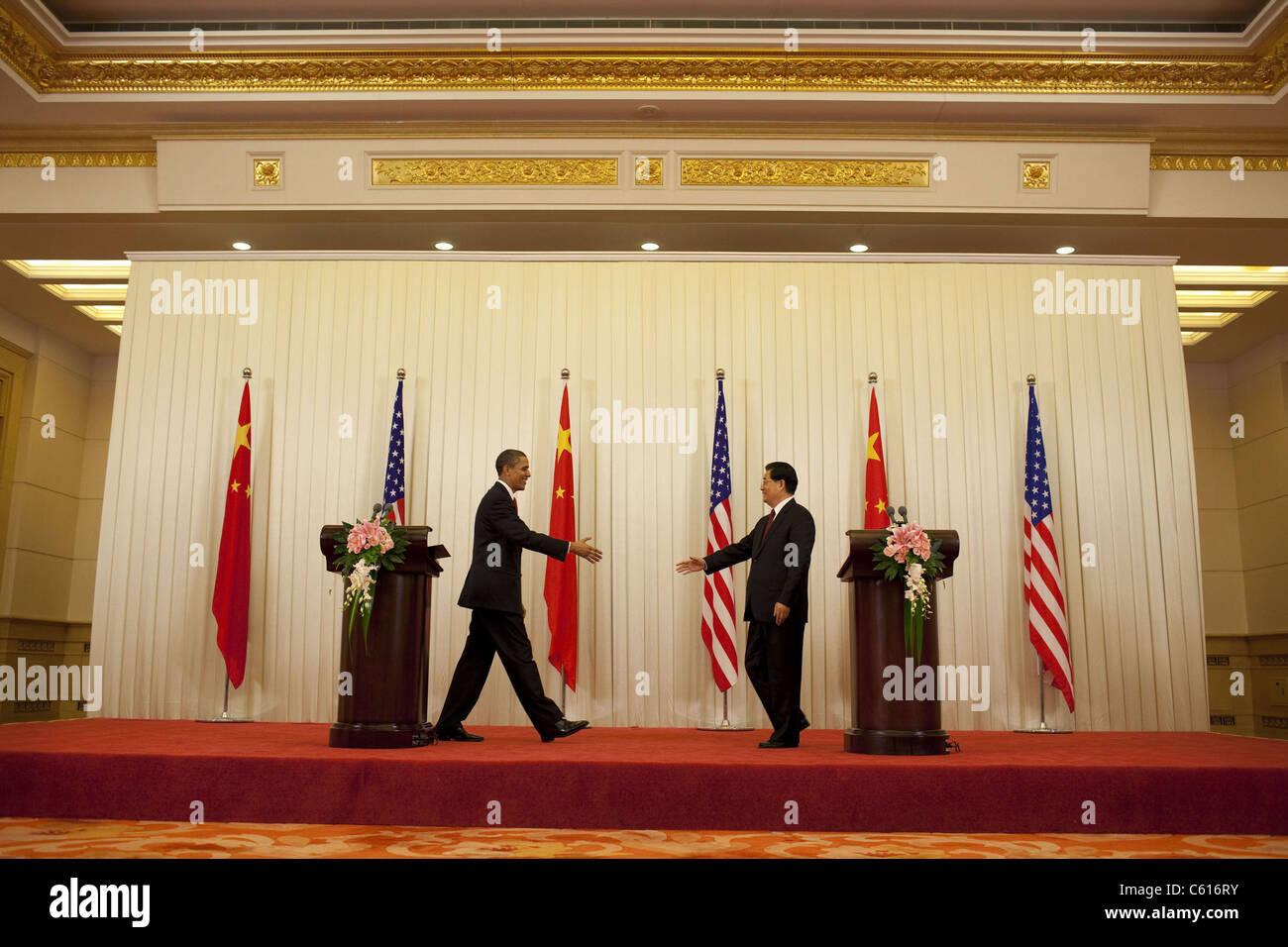 Präsident Obama und der chinesische Präsident Hu Jintao ausstrecken nach einer Pressekonferenz in der Stockbild