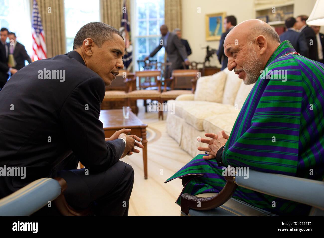 Präsident Obama hält ein Treffen mit Präsident Hamid Karzai Afghanistans im Oval Office. 12. Mai Stockbild