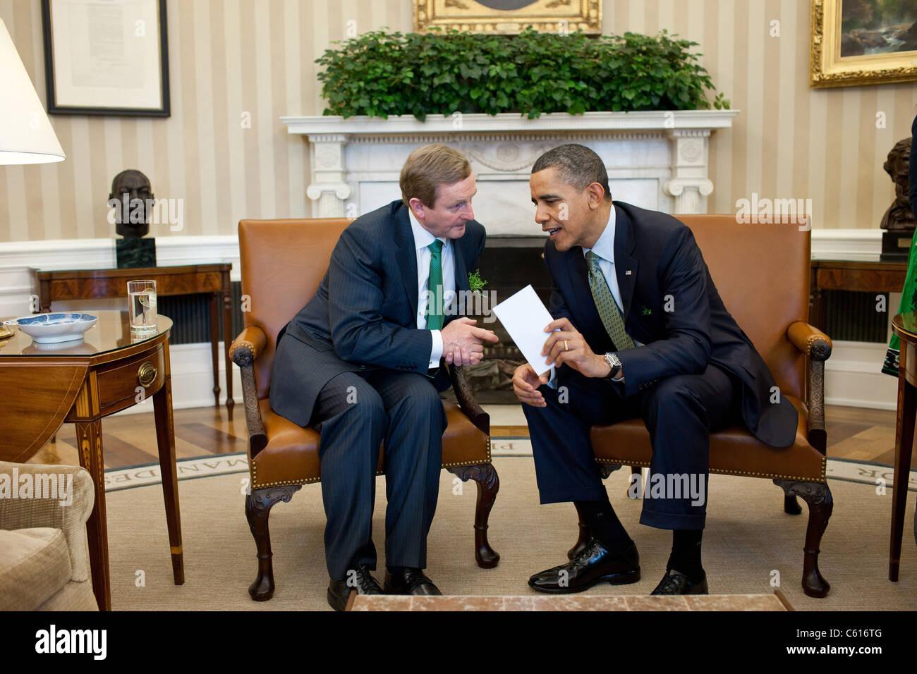 Präsident Obama verleiht mit der irische Premierminister Enda Kenny im Oval Office 17. März 2011. (BSWH Stockbild