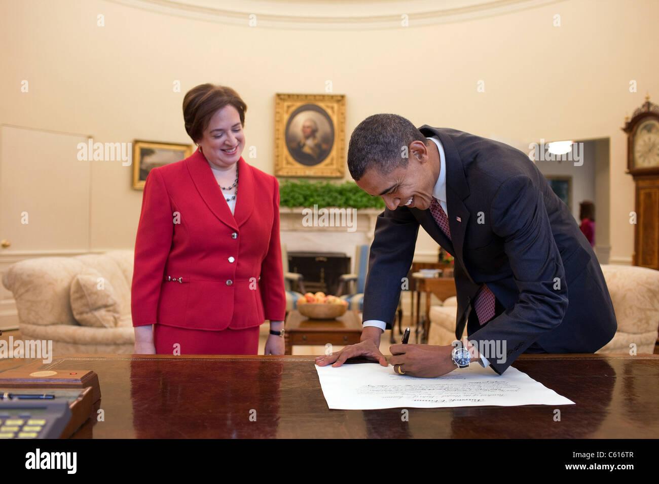 Präsident Obama unterzeichnet Elena Kagans Kommission im Oval Office vor einem East Room Rezeption Feier der Stockbild