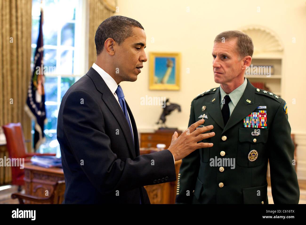 Präsident Obama trifft sich mit General Stanley McChrystal den USA Commander für Afghanistan im Oval Office Stockbild