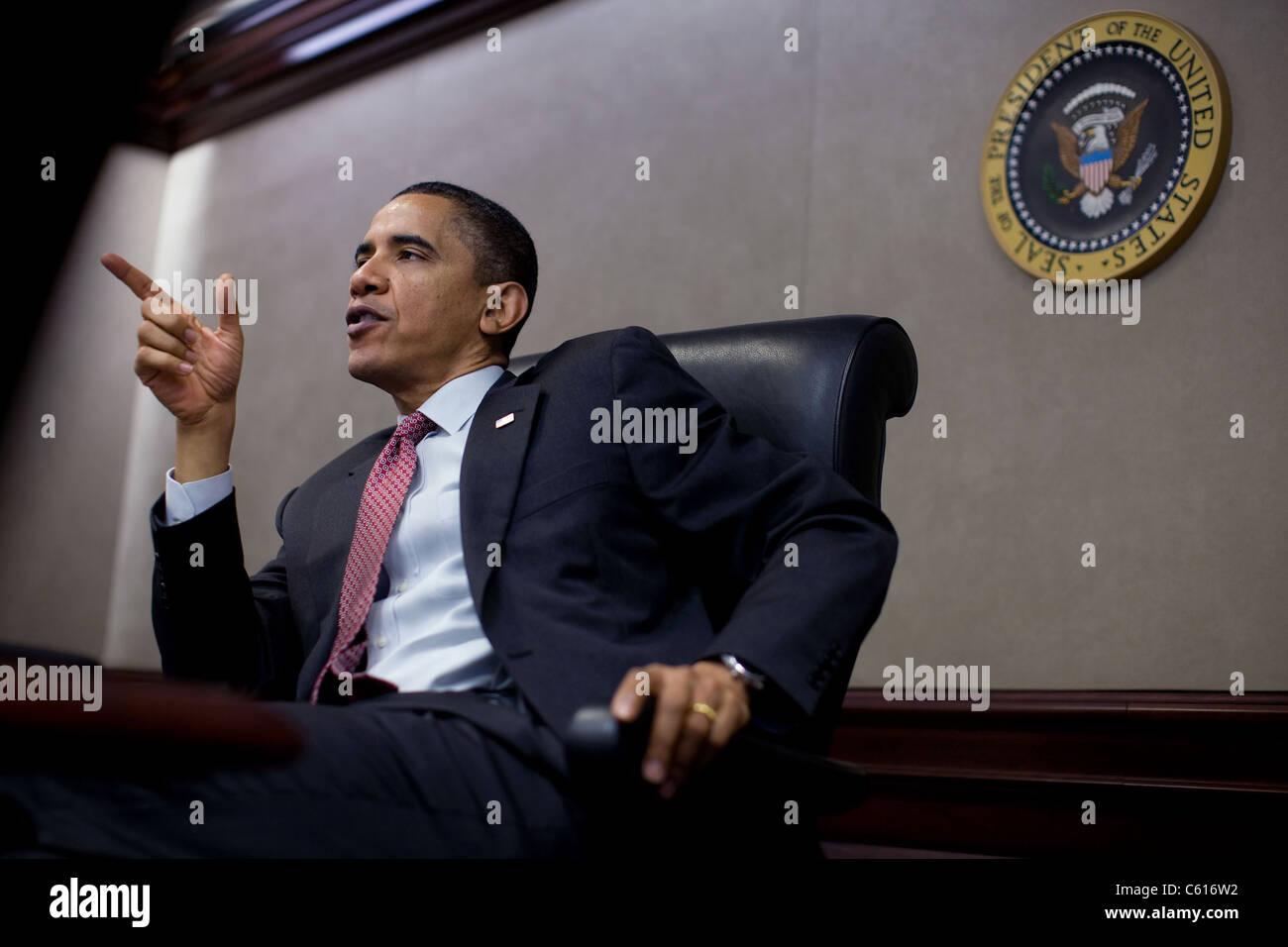Präsident Obama spricht bei einem Treffen mit dem nationalen Sicherheitsrat zu Afghanistan und Pakistan im Stockbild