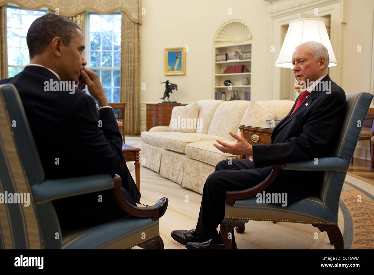 Präsident Barack Obama trifft sich mit Senator Orrin Hatch im Oval Office. 5. Mai 2010. (BSWH_2011_8_343) Stockbild