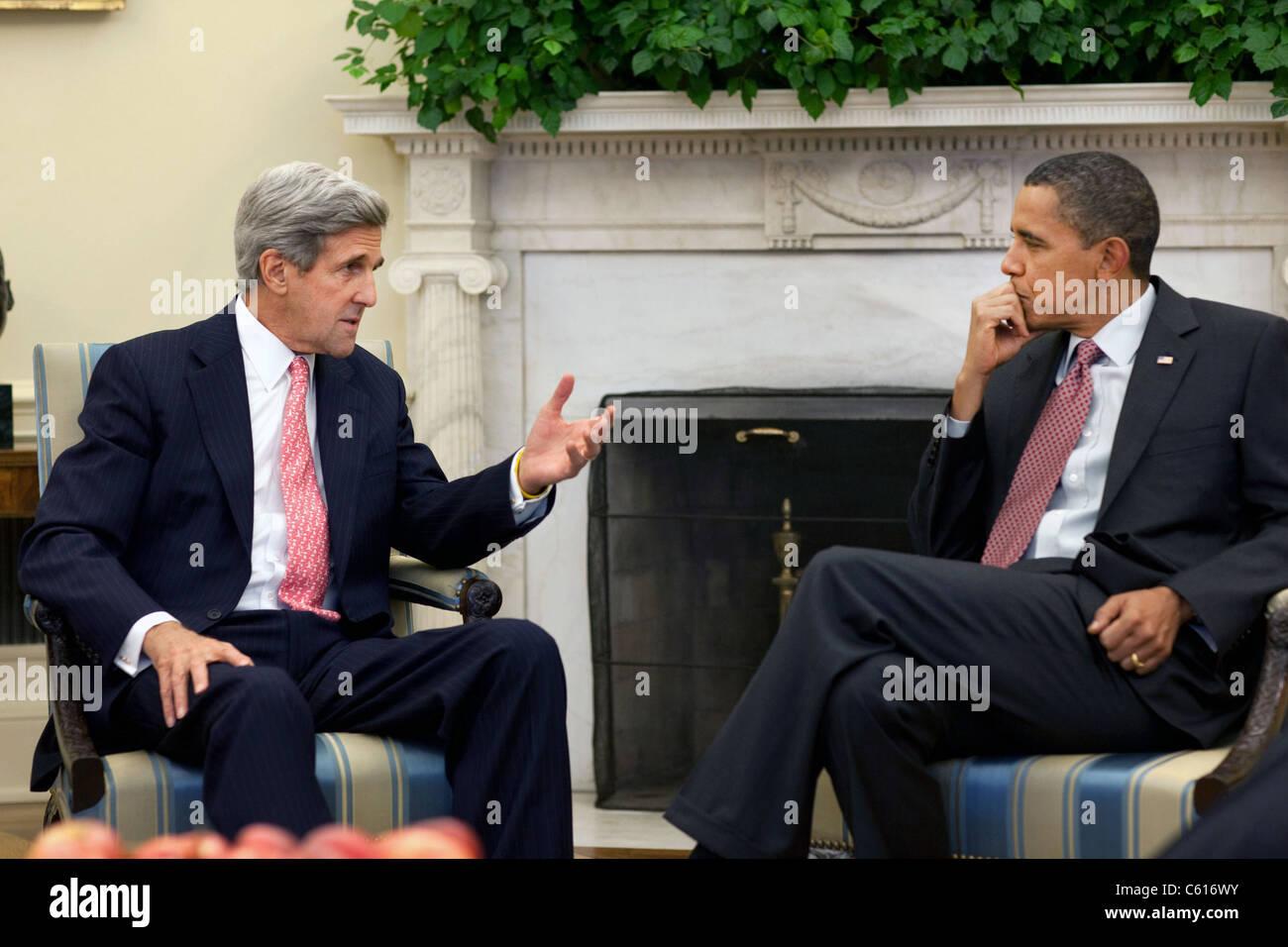 Präsident Obama trifft sich mit Senator John Kerry über seiner jüngsten Reise nach Afghanistan 21. Stockbild