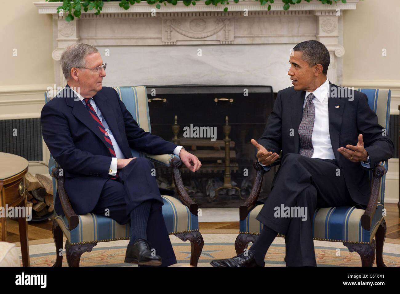 Präsident Obama trifft sich mit Senat Minderheitenführer Mitch McConnell im Oval Office. 4. August 2010. Stockbild