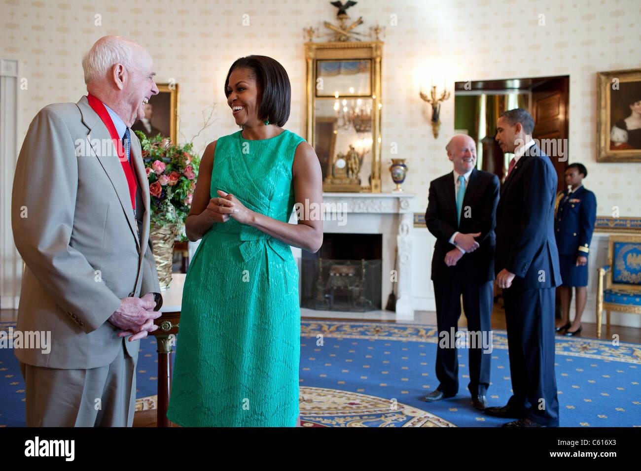 Michelle Obama lacht mit National Humanities Medal ausgezeichnet Wendell E. Berry. Im Hintergrund sind Präsident Stockbild