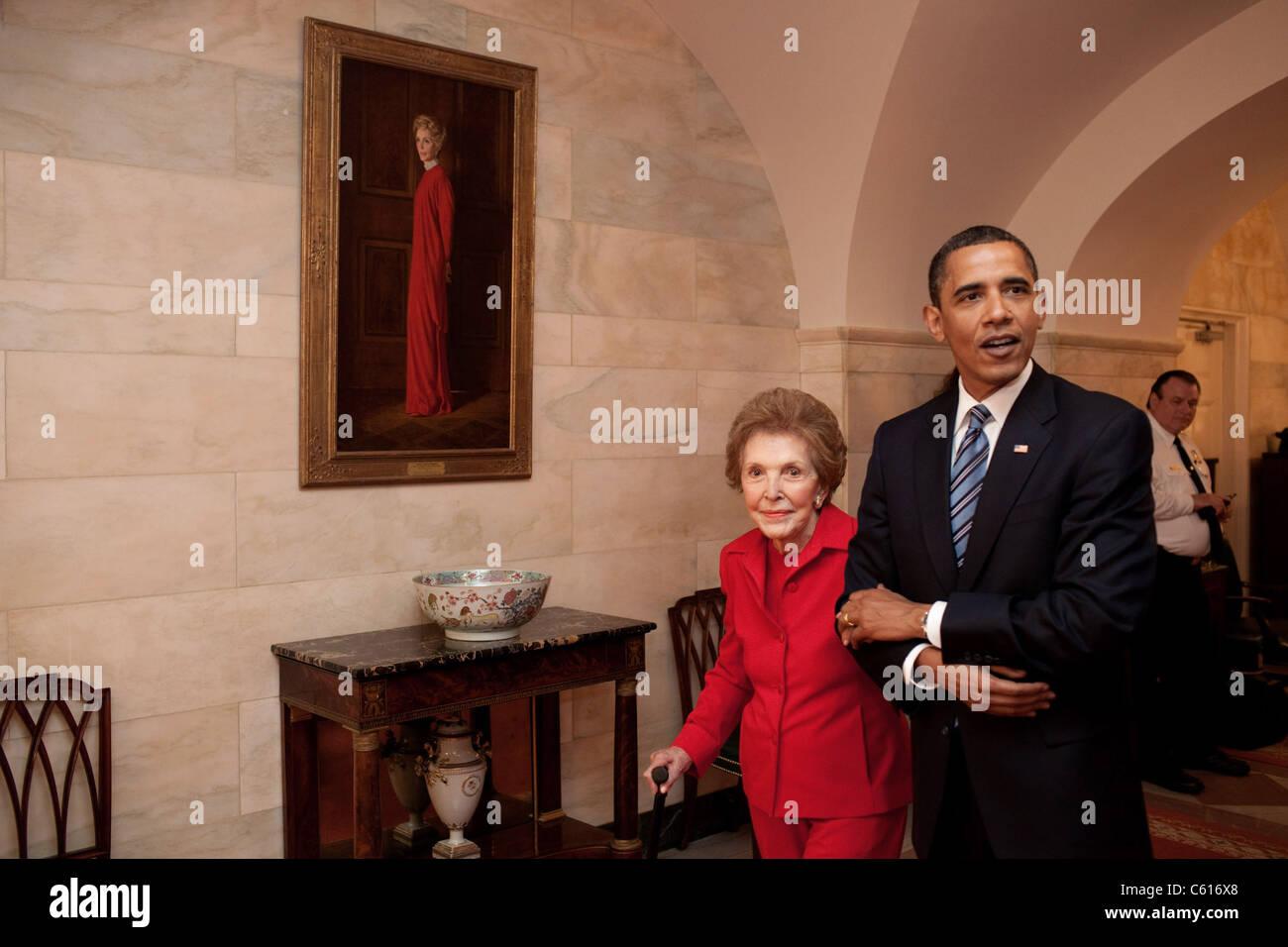 Präsident Obama und ehemalige First Lady Nancy Reagan gehen durch das Weiße Haus vorbei an ihrem offiziellen Stockbild