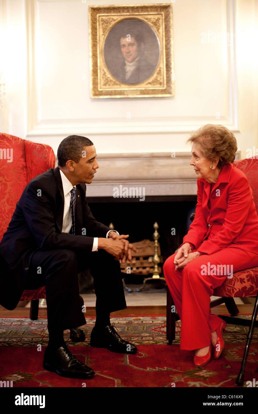 Präsident Obama mit ehemaligen First Lady Nancy Reagan vor der Unterzeichnung für die Ronald Reagan Centennial Stockbild