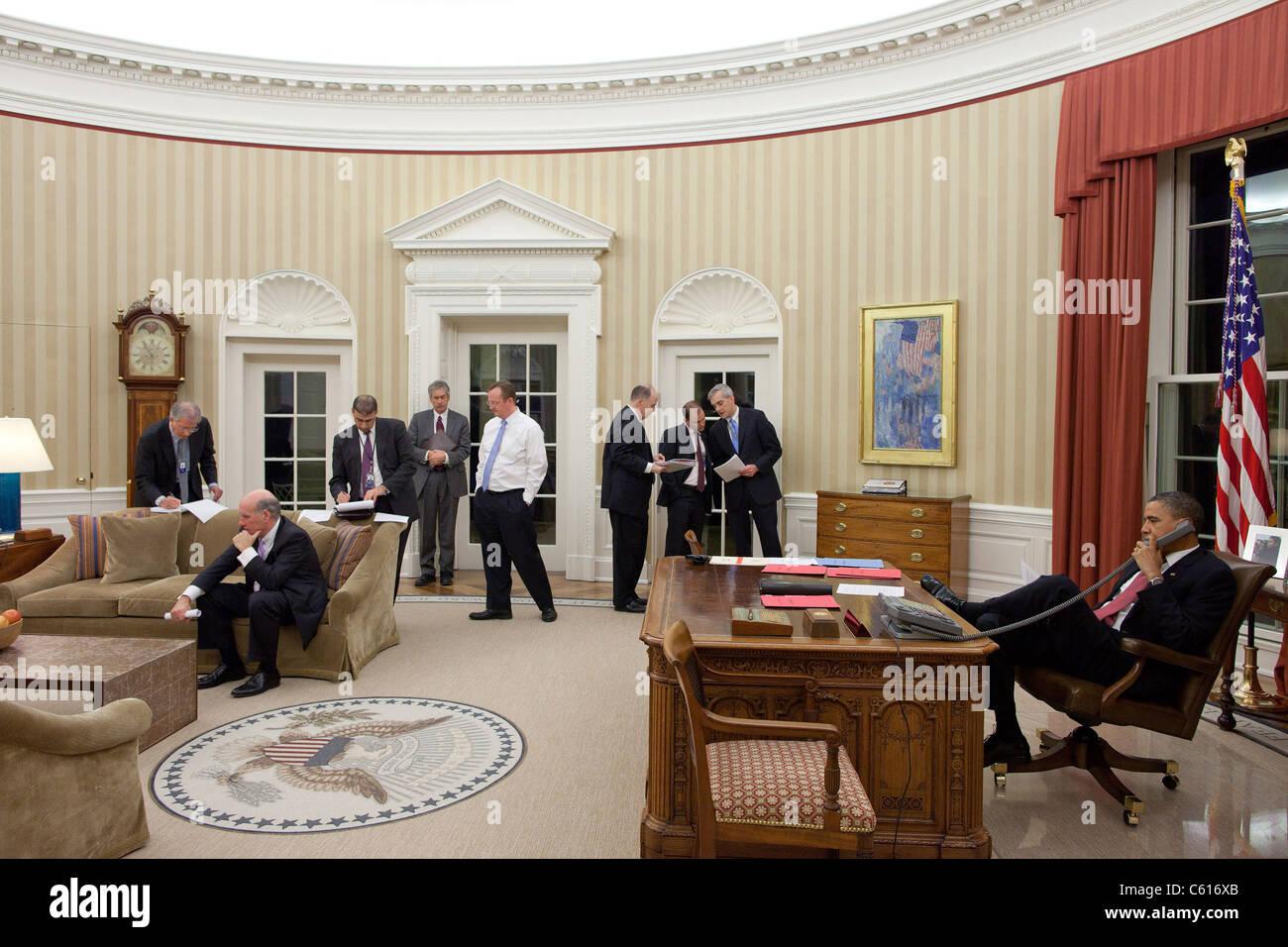 Präsident Obama spricht am Telefon mit ägyptischen Präsidenten Hosni Mubarak als leitende Angestellte Stockbild
