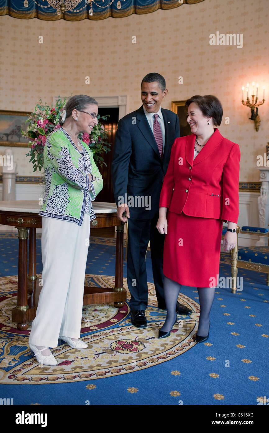 Präsident Obama besucht mit Gerechtigkeit Ruth Ginsburg und neue Justiz Elena Kagan vor Kagans Bestätigung Stockbild