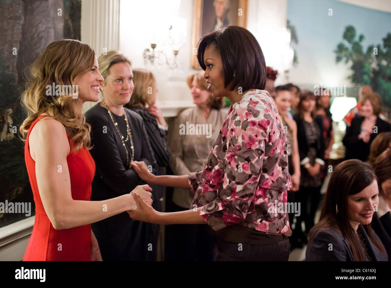 Michelle Obama begrüßt Schauspielerin Hilary Swank im Weißen Haus. Swank war einer der namhaften Stockbild