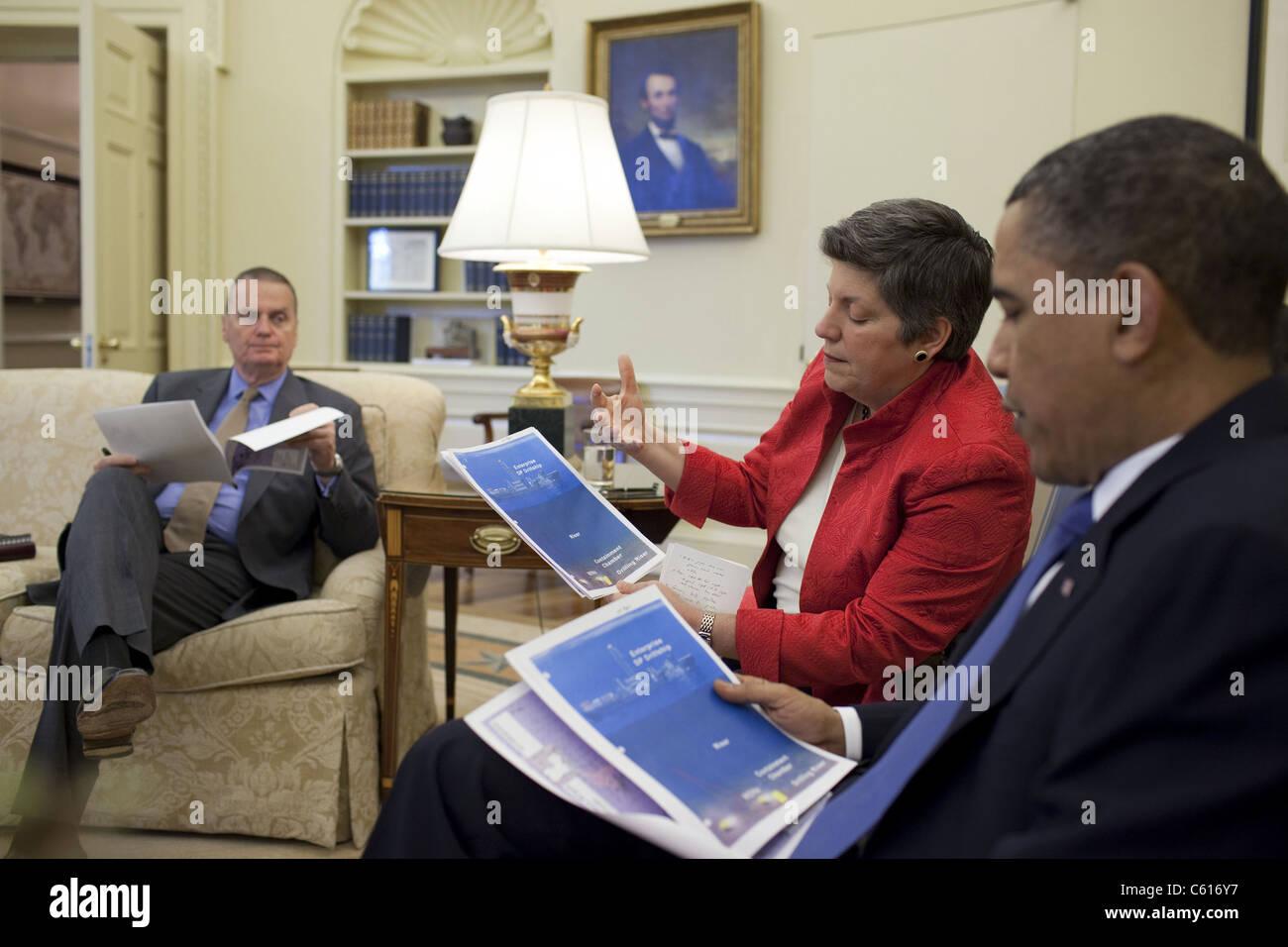 Präsident Obama trifft sich mit Homeland Security Secretary Janet Napolitano und National Security Advisor Stockbild