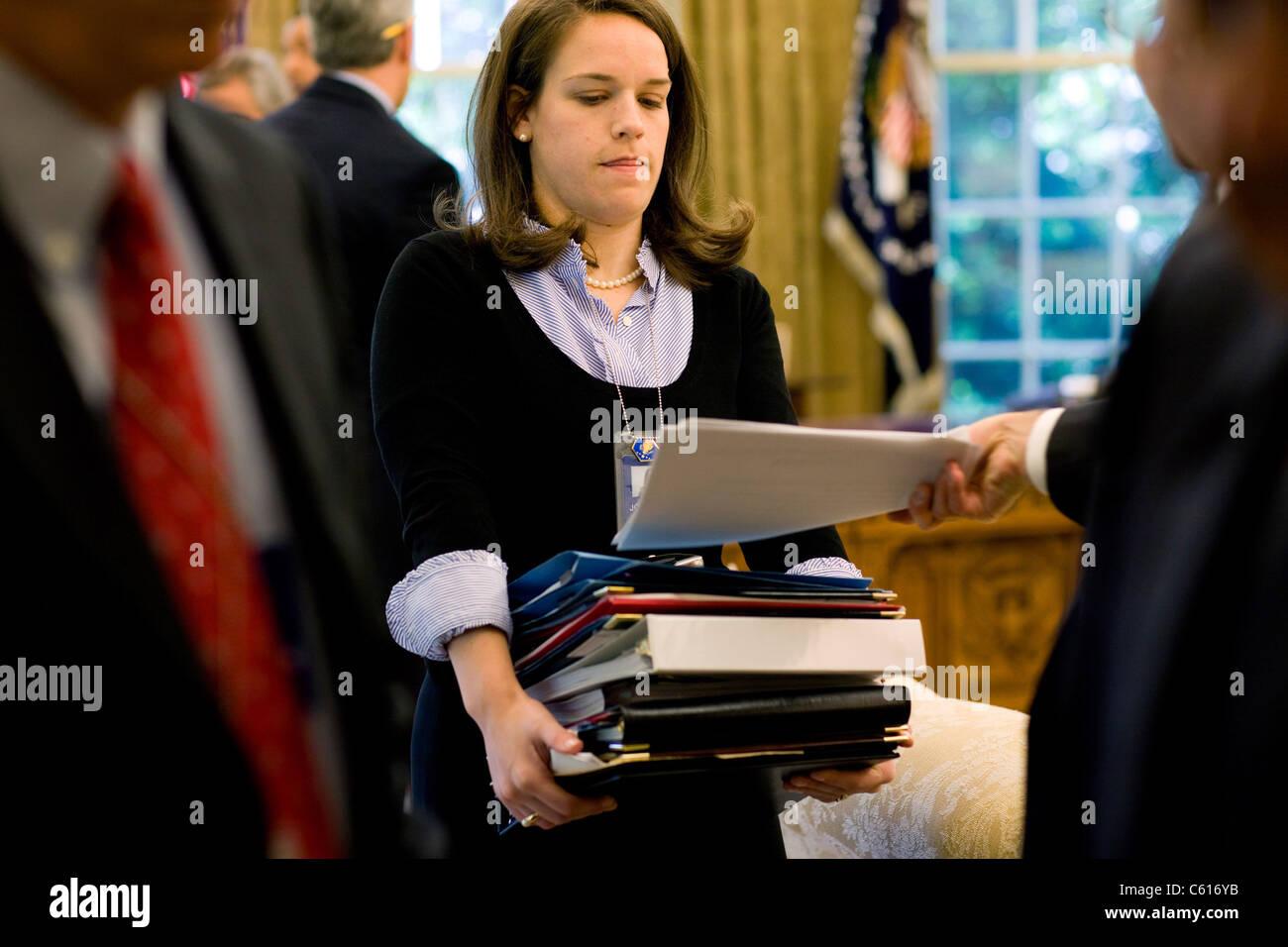 Katie Johnson Präsident Obama persönliche Sekretär sammelt Dokumente nach einem Morgen Oval Office Stockbild