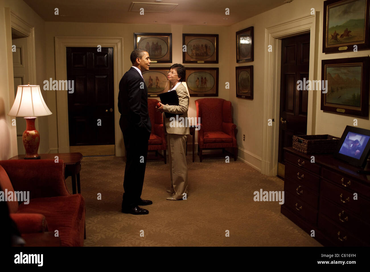 Präsident Obama und Valerie Jarrett Chat außerhalb des Oval Office, umgeben von George Catlins Malerei Stockbild