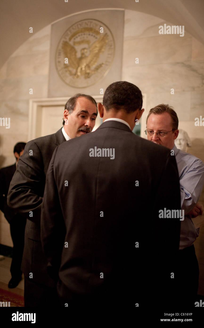 Präsident Obama in einem Briefing mit David Axelrod links und Pressesprecher Robert Gibbs vor einem CBS News Stockbild