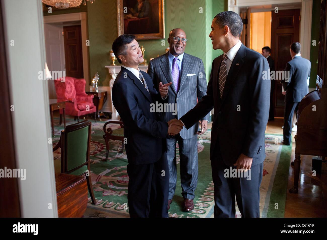 Präsident Obama spricht mit Handelsminister Gary Locke links und US-Handelsbeauftragten Ron Kirk nach der Herstellung Stockbild